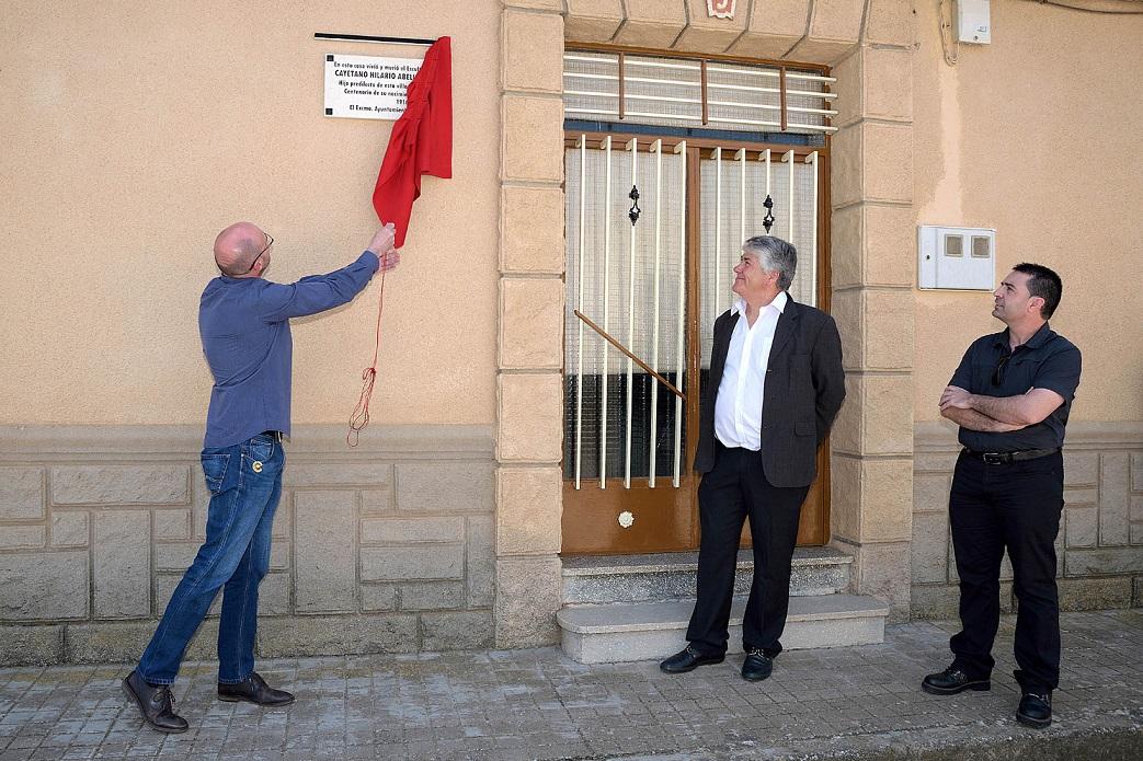 Dos placas recuerdan el lugar donde vivió y trabajó Cayetano Hilario