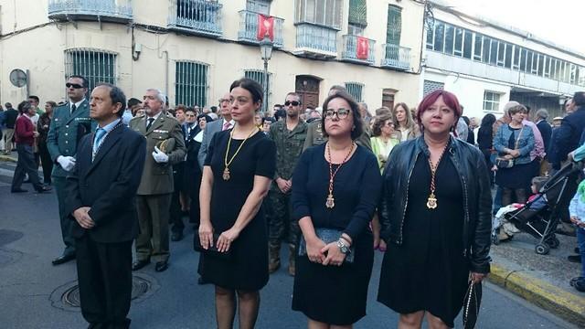 La alcaldesa y corporación municipal, cierran el cortejo procesional del corpus