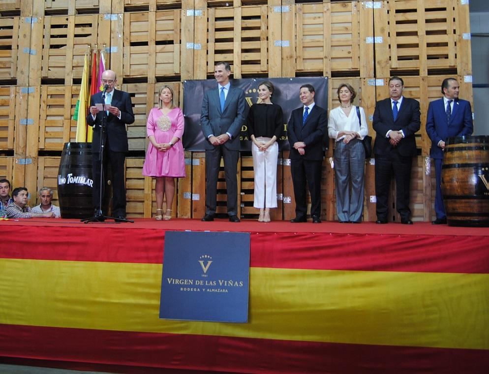 Rafael Torres entrega a los Reyes de España la máxima distinción de la bodega-almazara Virgen de las Viñas