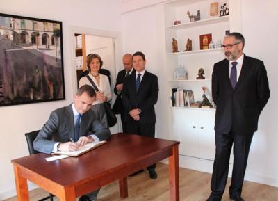 El Rey Felipe VI firmando en el libro del Ayuntamiento