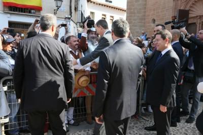 Don Felipe saluda a Sancho y don Quijote