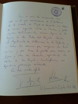 El Rey Felipe VI escribe en el libro de visitas del Ayuntamiento
