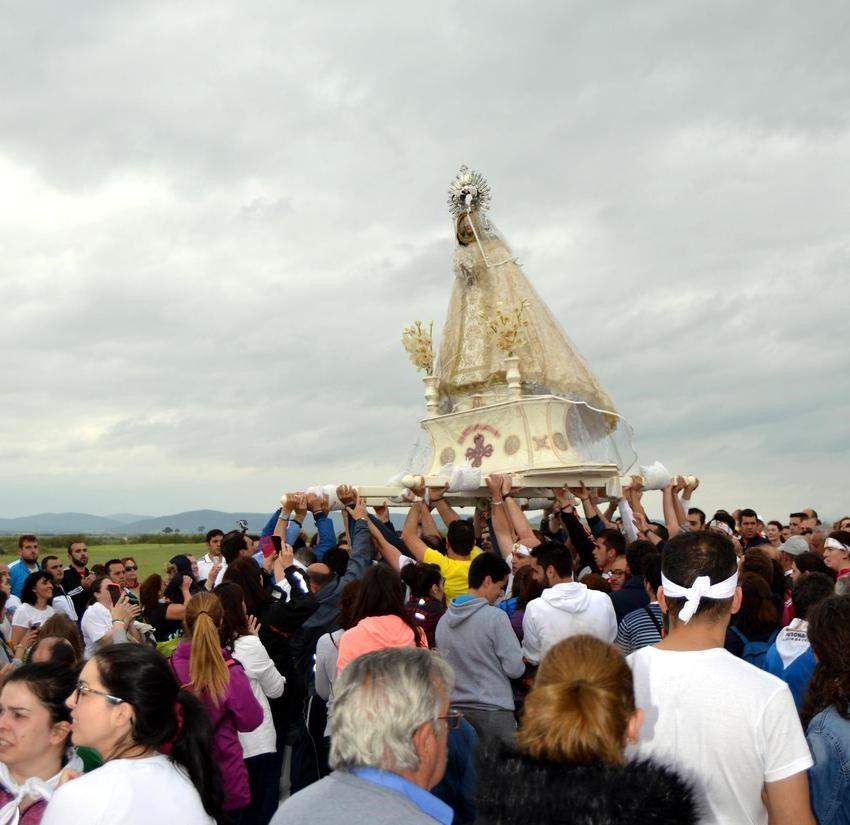 Los vecinos de Carrión de Calatrava desafiaron a la lluvia y acompañaron fielmente a su patrona, de regreso al Santuario