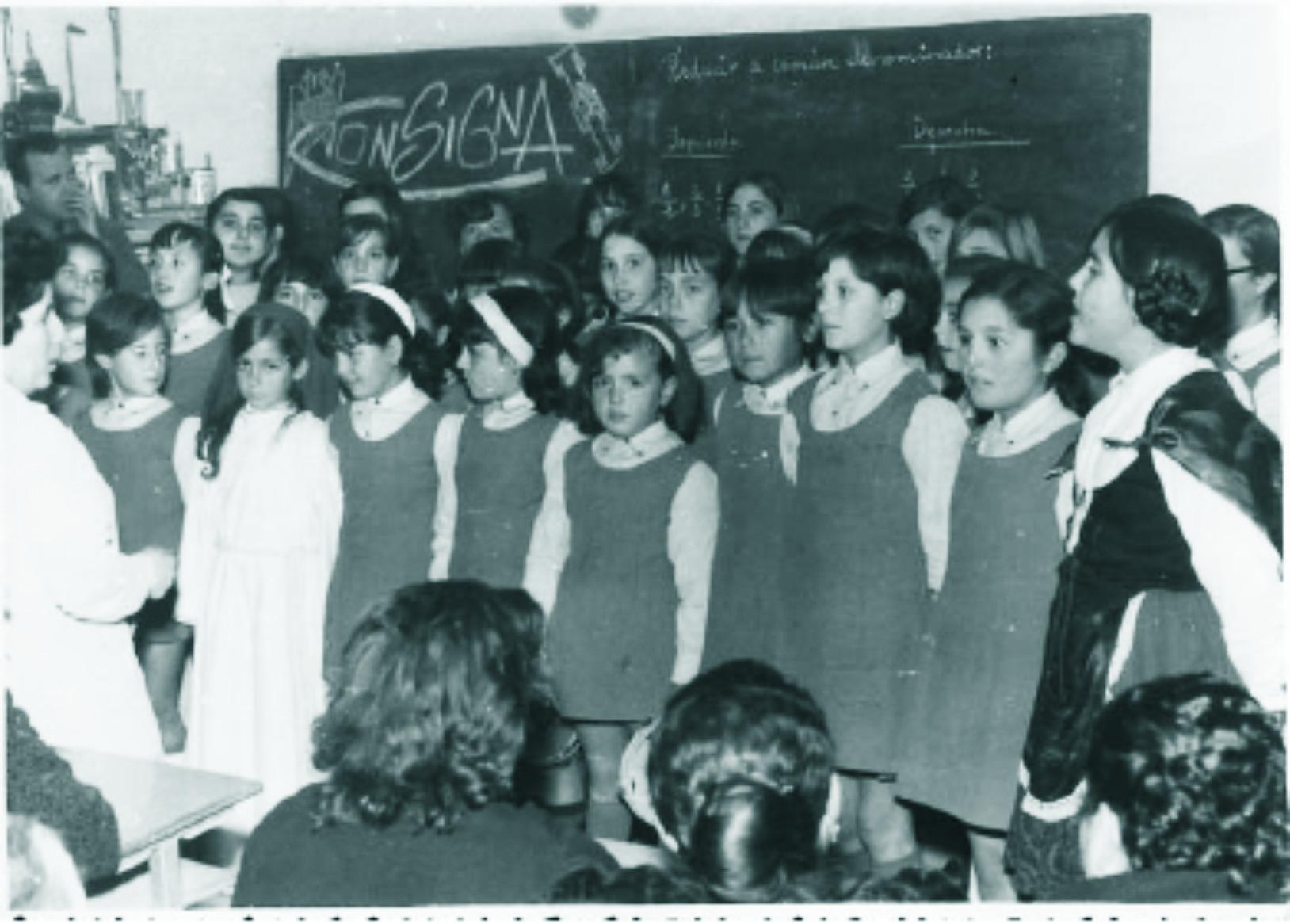 Clase antigua de niñas del Colegio El Santo