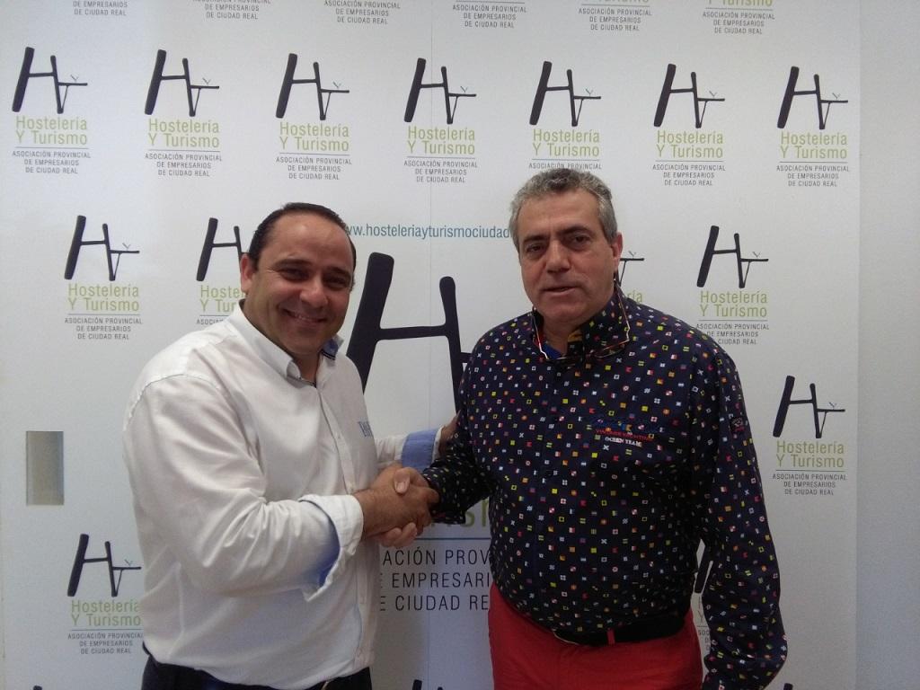 El presendente de la Asociación, José Crespo, con Miguel Ángel Gomez Poblete, gerente de la revista Ayer & Hoy.