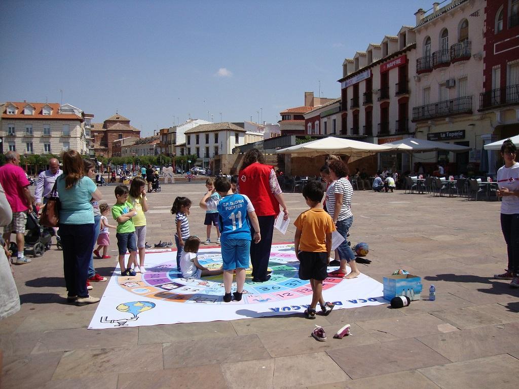 Cruz Roja junto con el Ayuntamiento de Alcázar han preparado diferente actvidades para los niños en la plaza de España