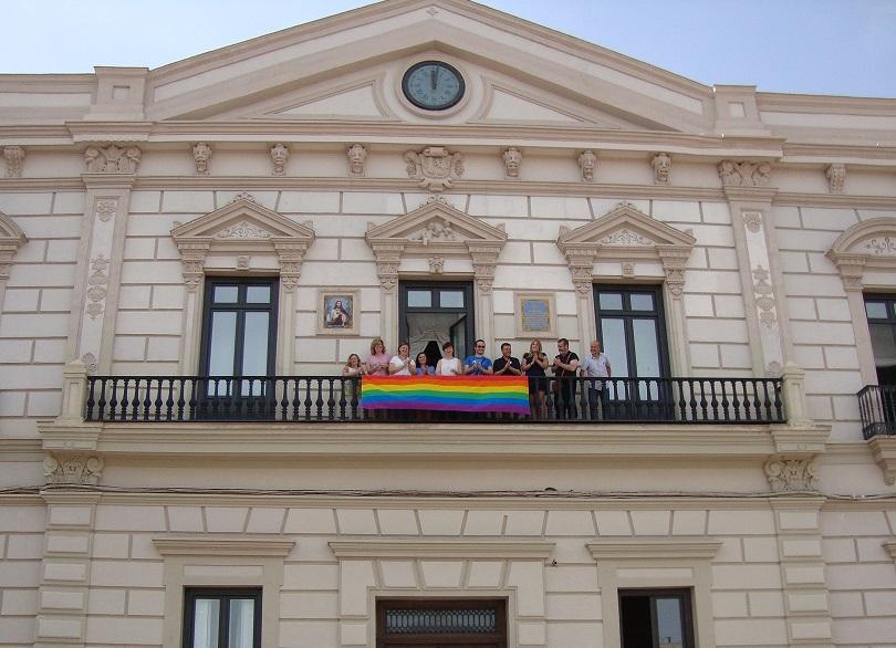 Colocación de la bandera arcoíris en el Ayuntamiento de Alcázar con motivo de la celebración del Día del Orgullo LGTB