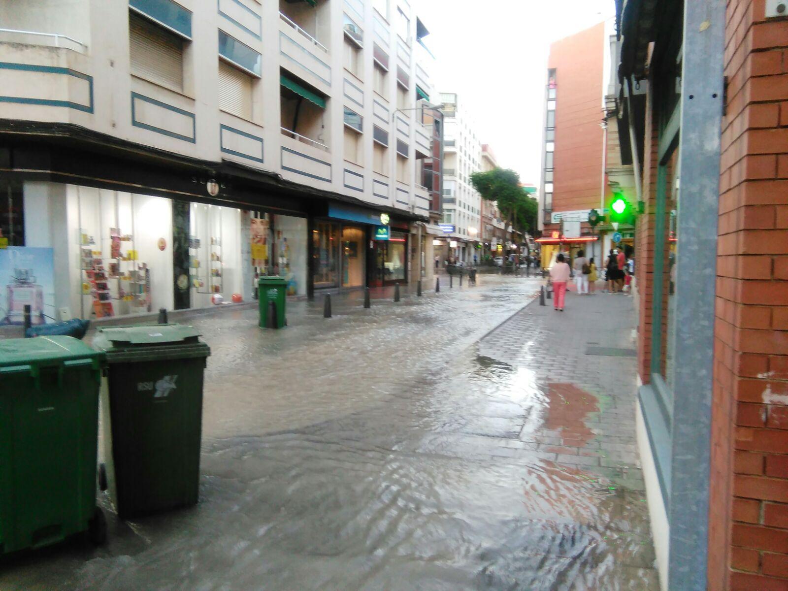 La rotura de una tubería en la Calle Maria Cristina de Ciudad Real inunda varios locales