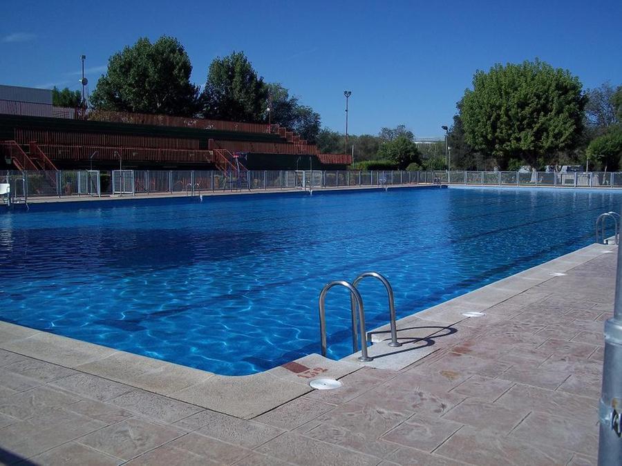 El s bado se abren las piscinas de verano en alc zar de for Piscina municipal getafe