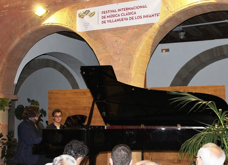 Público entregado en el Concierto Inaugural del IX Festival Internacional de Música Clásica ante el virtuosismo de Ambrosio Valero