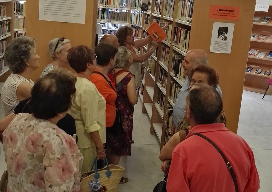 La Biblioteca Municipal 'Ana de Castro' recibe la visita de mayores y del colectivo gitano