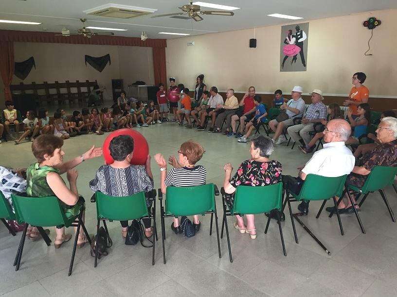 Los pequeños del Tiempo Guay comparten en Alcázar juegos con los mayores del Aula Activa en el 'Día de los Abuelos'