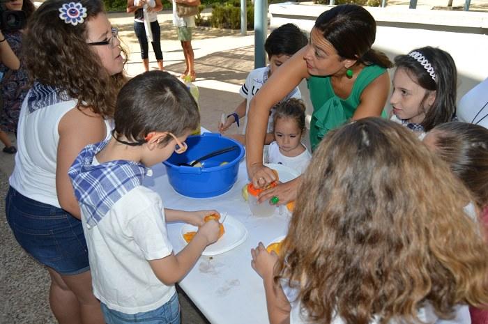 Los usuarios de las ludotecas de verano confeccionan una limoná fresquita para ambientar la Pandorga