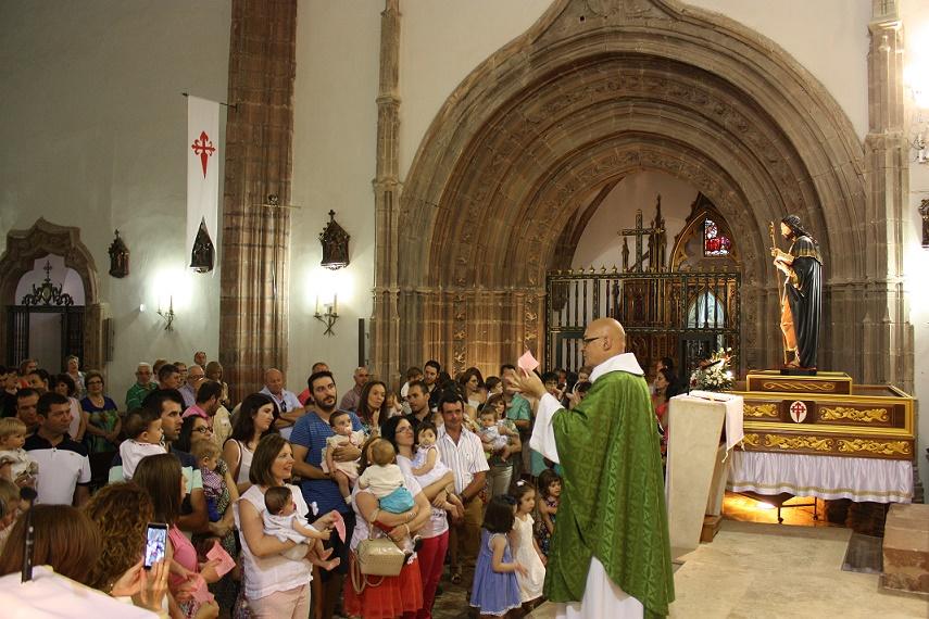Presentados a Santiago Apóstol los niños nacidos el último año en La Solana