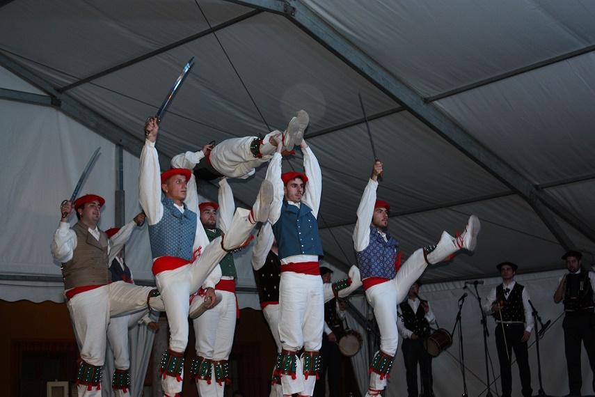 Vascos y manchegos llenaron la Plaza Mayor en el XXVI Festival Nacional de Folklore