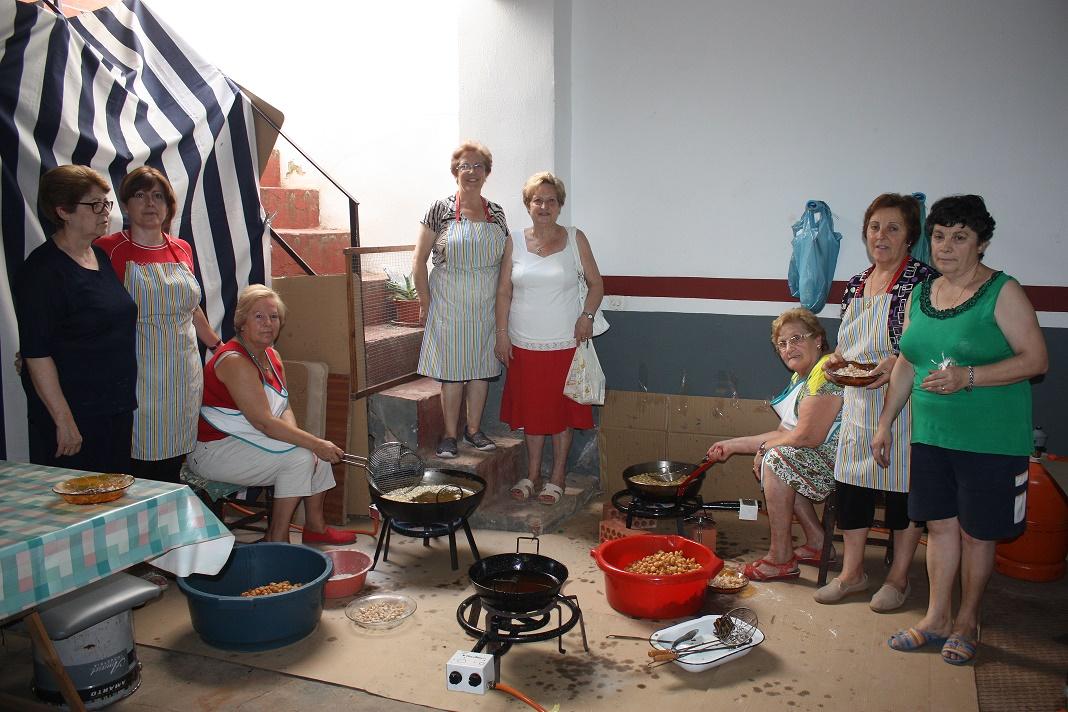 Las vecinas del barrio de Santa María de La Solana elaboran los dulces para sus fiestas