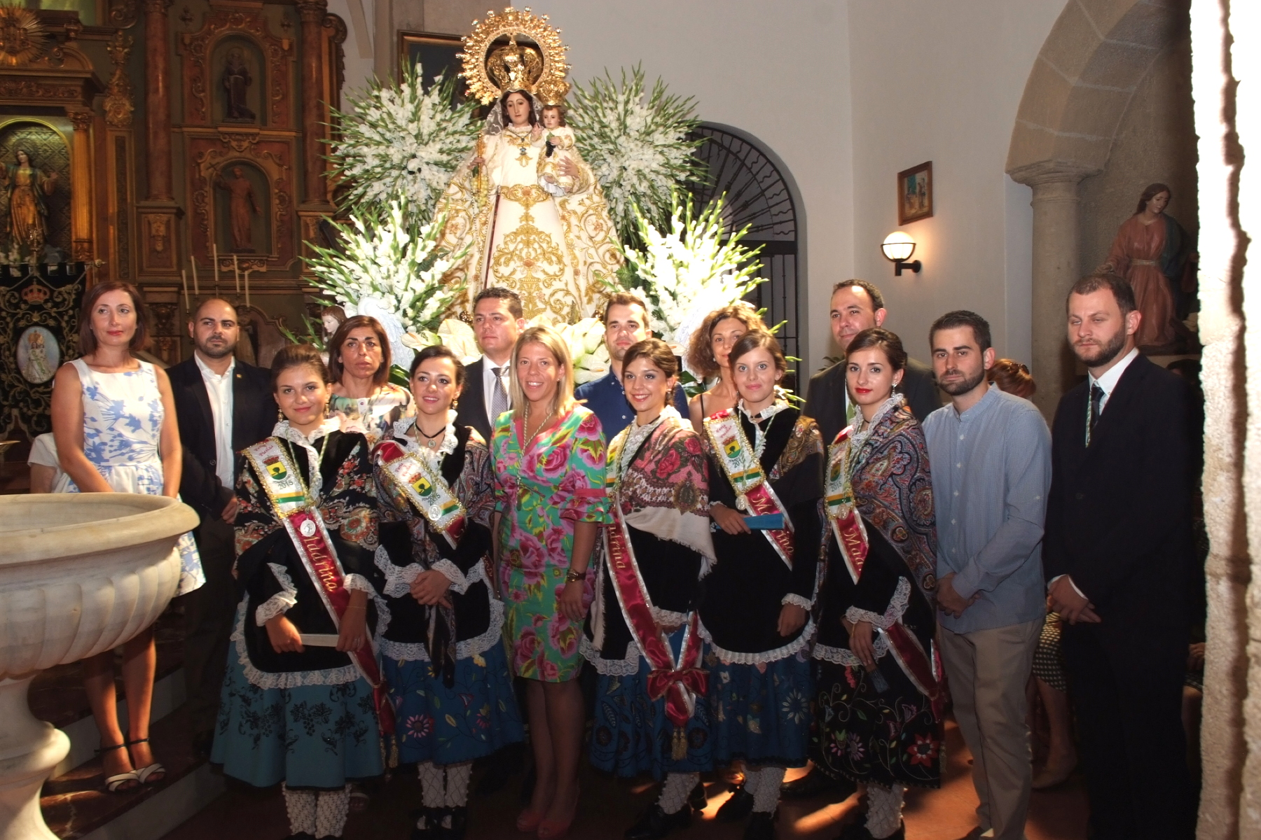 Madrinas 2015 y autoridades posan con la Patrona tras la función religiosa del pasado año