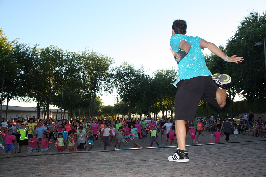 Gentes de todas las edades bailaron contra en cáncer en el parque municipal de La Solana