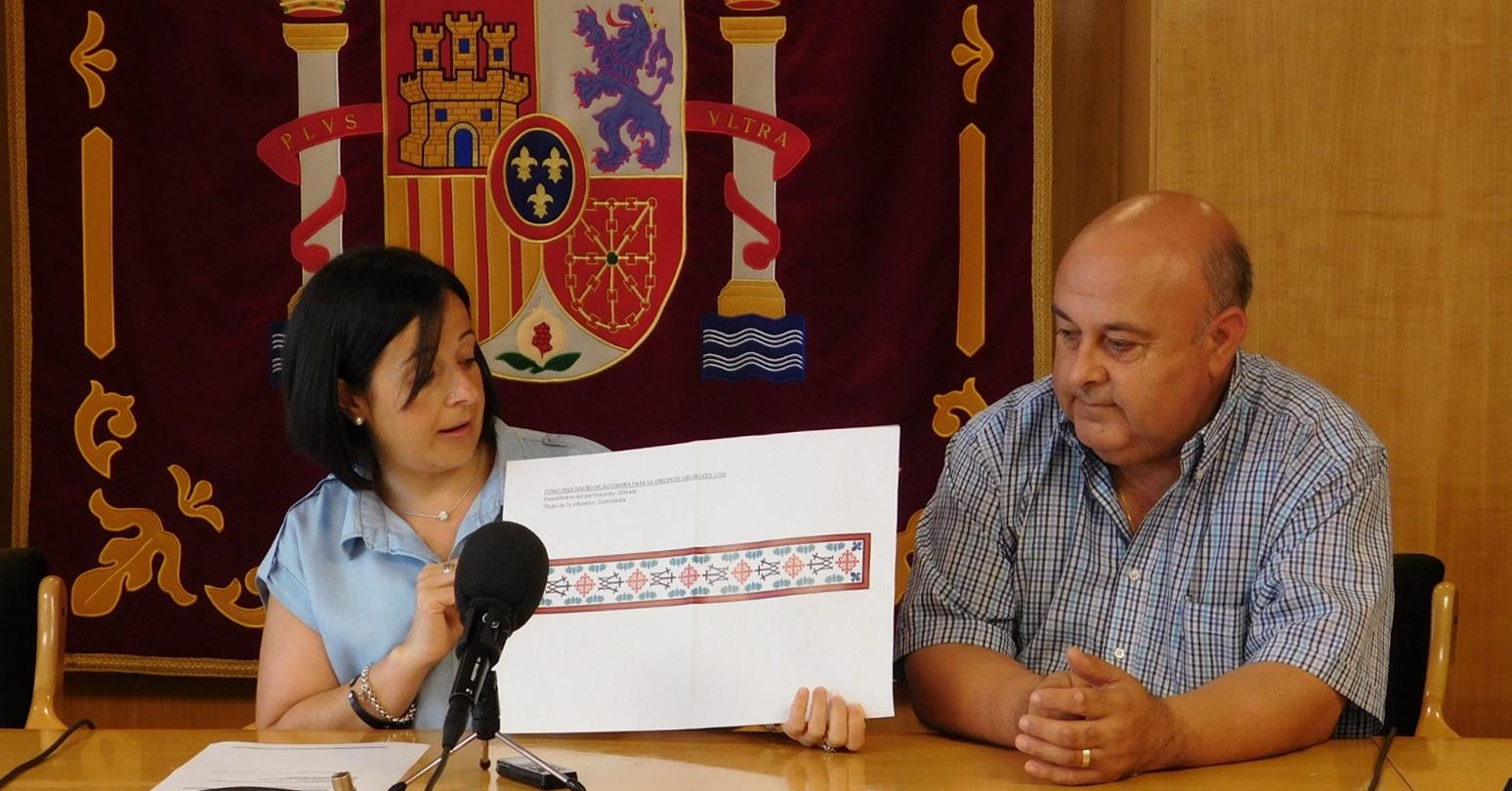 El diseño de Javier Astilleros decide el dibujo de la alfombra floral para la Virgen de las Cruces