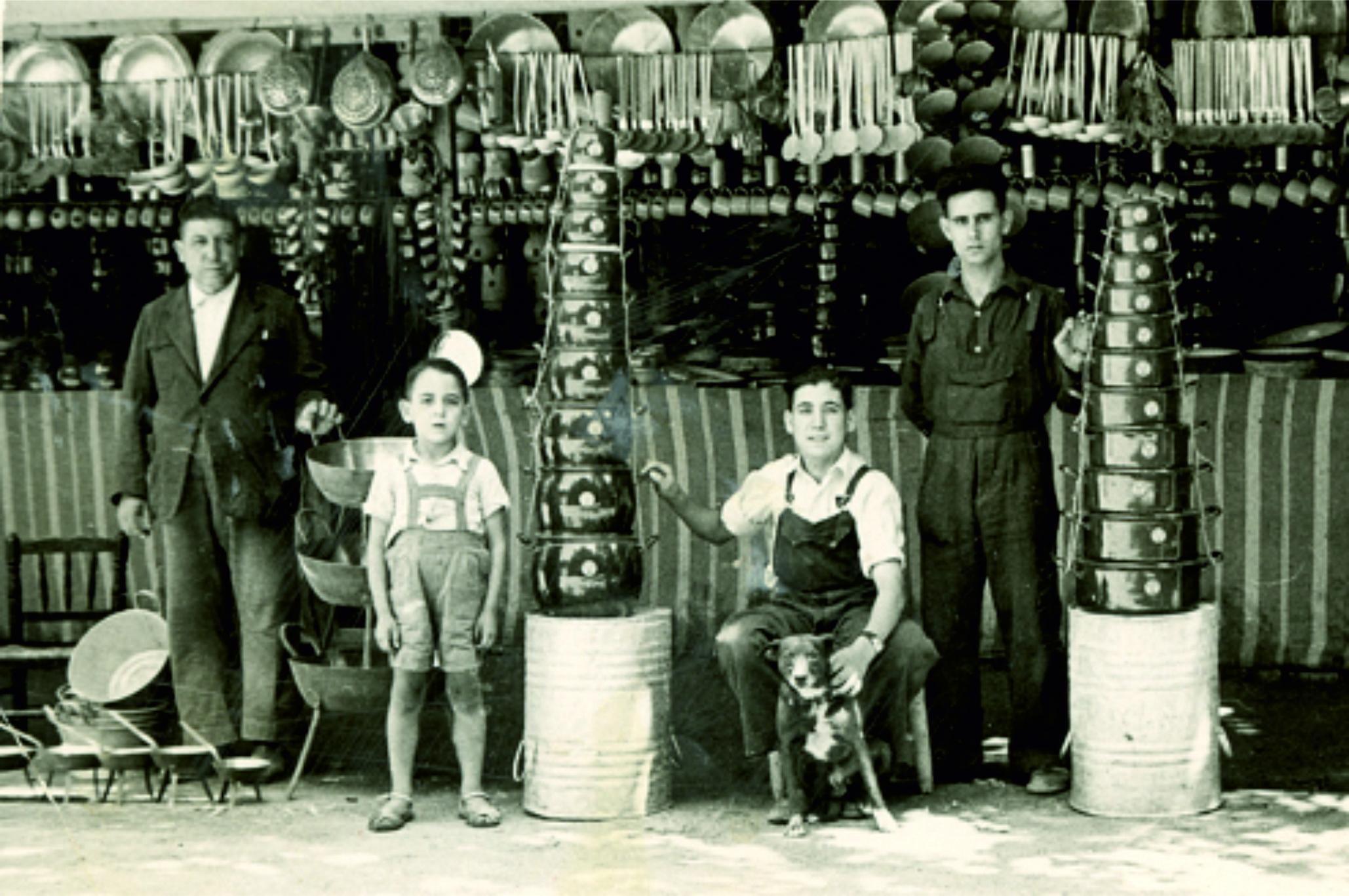 Julián padre, Julián hijo, Manuel y un operario en el parque Gasset de Ciudad Real, al final de los años 50