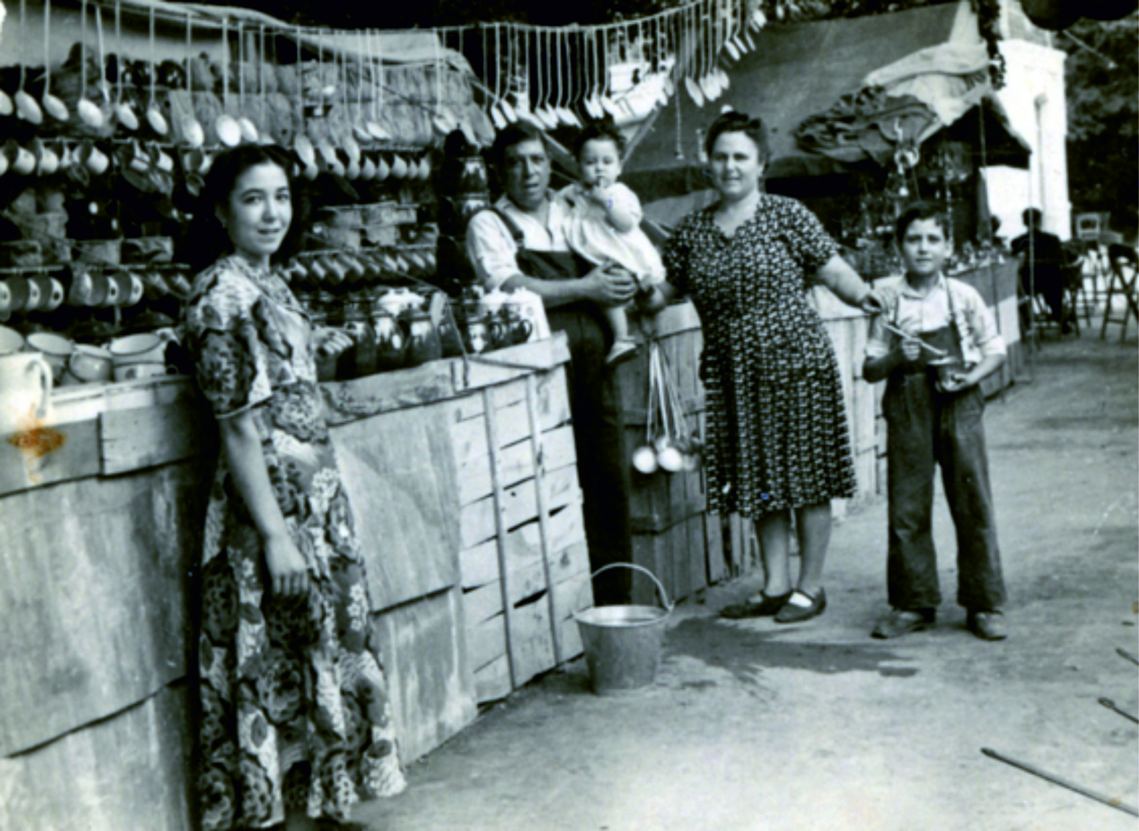 Foto de la familia al completo a mediados de los años 40. De izquierda a derecha María (la hermana mayor) Julián Padre con Julián hijo en brazos, Virginia (la madre) y Manuel.