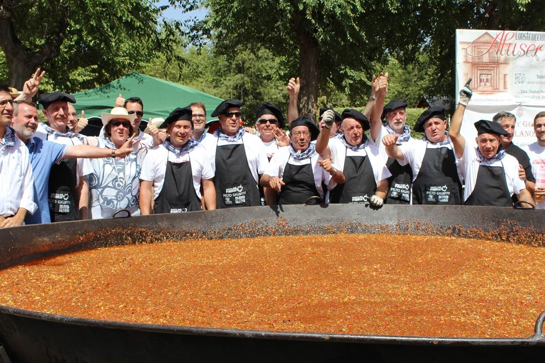 Cocineros tras conseguir el récord