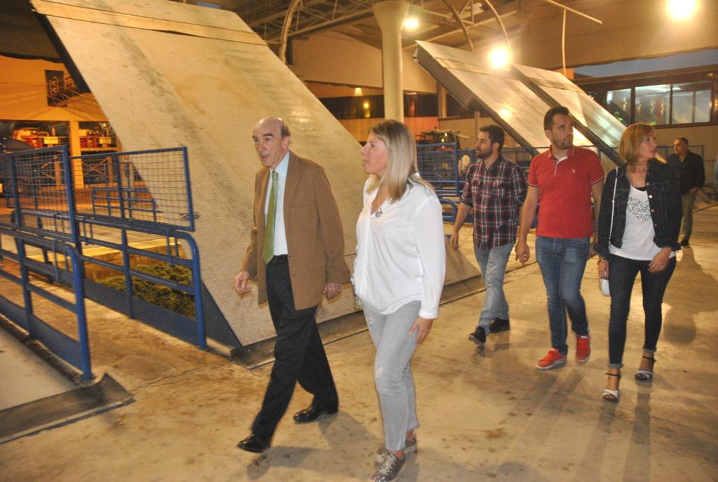 La alcaldesa de Tomelloso, en la cooperativa Virgen de las Viñas, se interesa por el inicio de la campaña de vendimia