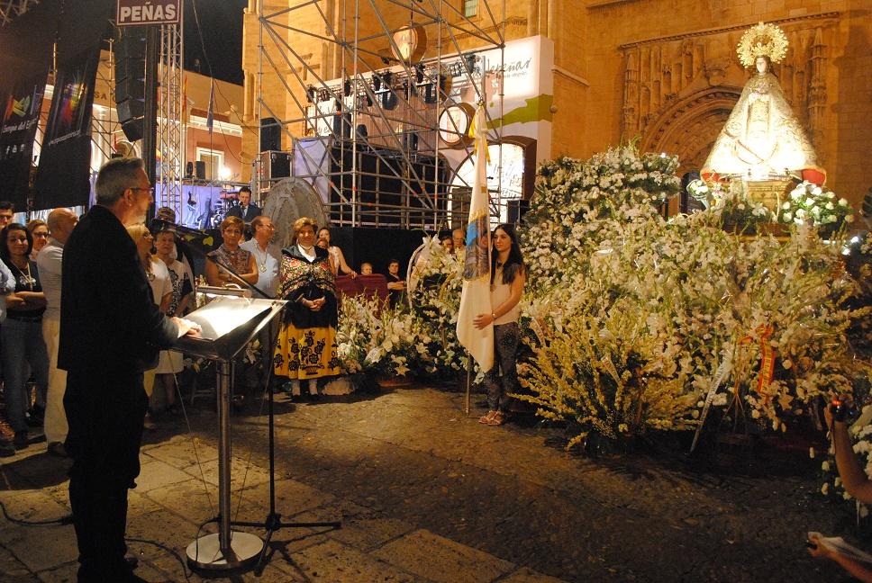 Multitudinaria ofrenda floral a la virgen de Consolación celebrada en la Plaza de España de Valdepeñas