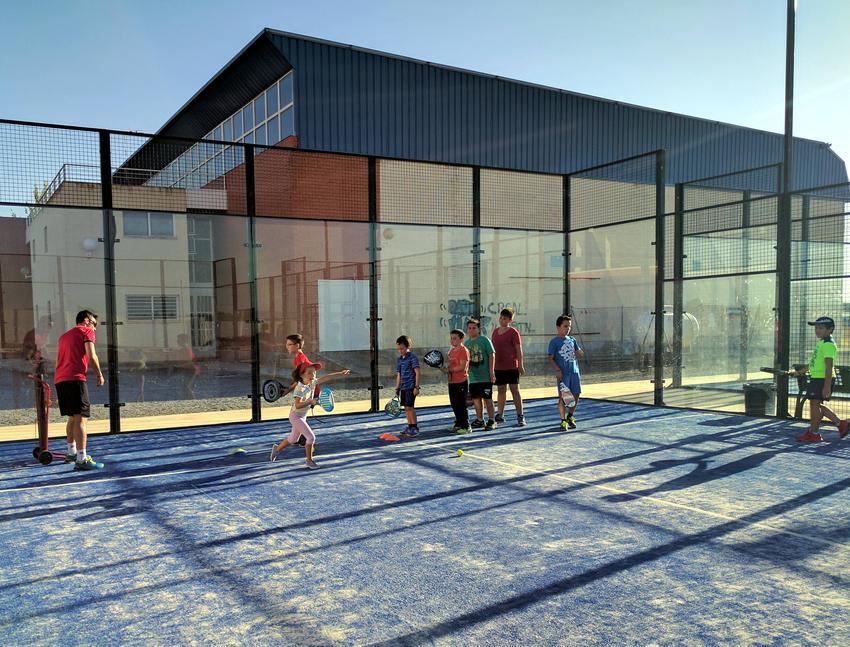 Arrancan las Escuelas Deportivas de Carrión de Calatrava con el pádel y balonmano femenino como novedades para este curso