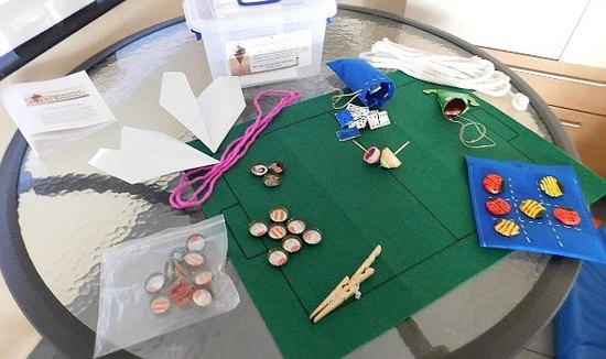 El Centro de Alzheimer de Daimiel entrega 70 juegos reciclados por sus usuarios a los colegios daimieleños