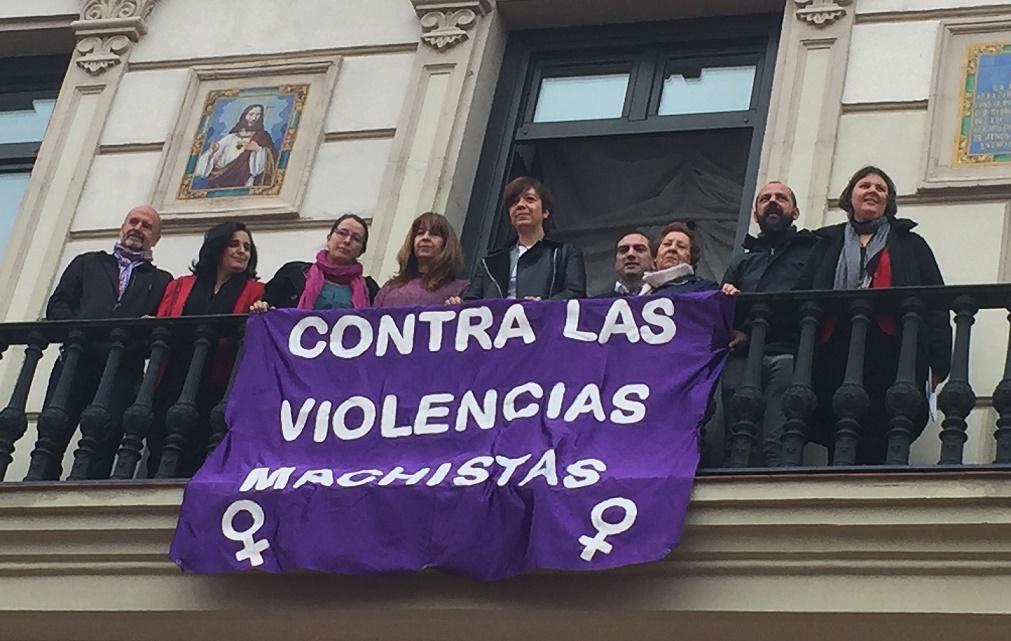 La Plataforma del 7N vuelve a colgar la pancarta contra las violencias machistas en el balcón del Ayuntamiento de Alcázar