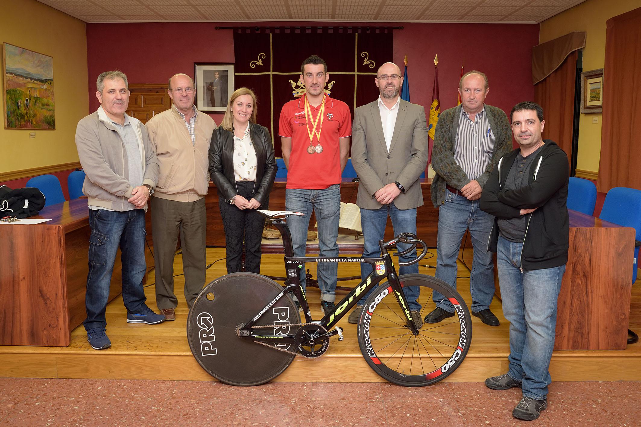 La Corporación Municipal recibió a Vicente García de Mateos tras la consecución de dos medallas en el campeonato de España de ciclismo en pista