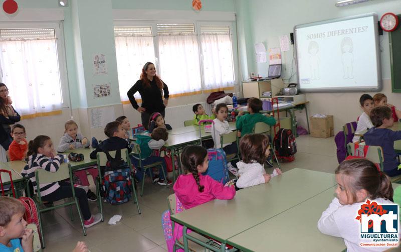 """Carolina Molina visita los talleres co-educativos del proyecto """"La igualdad en mi escuela"""" de Miguelturra"""