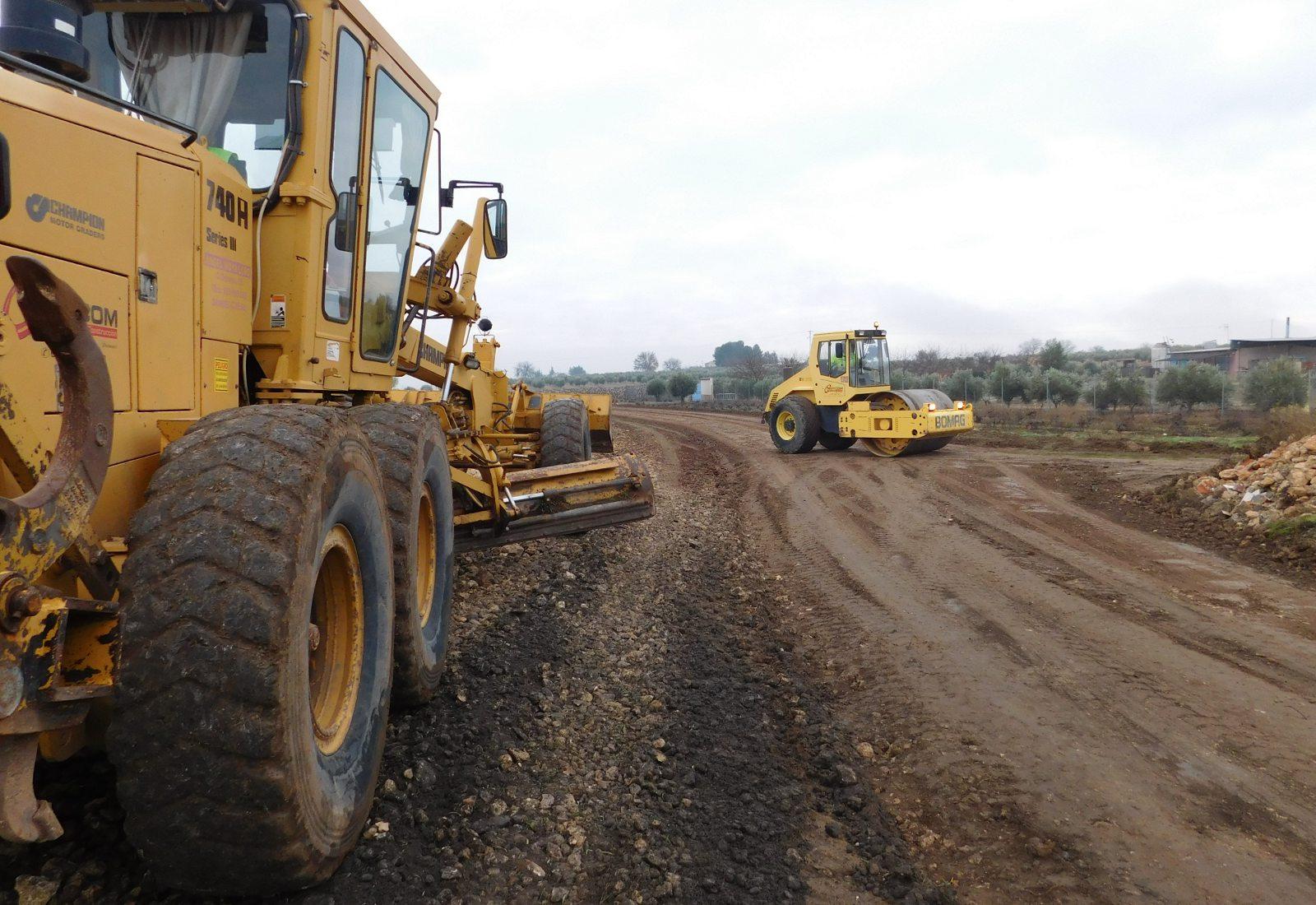 El Ayuntamiento de Daimiel comienza el rebacheo de 12 kilómetros de caminos rurales