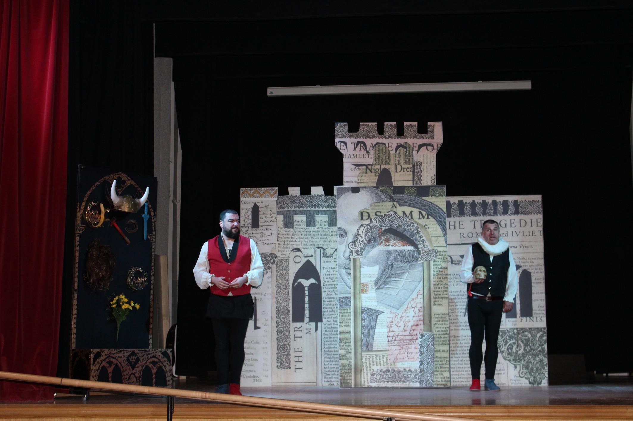 La Cía Malaje Sólo despierta las sonrisas del público con su obra 'Mucho Shakespeare' en Infantes