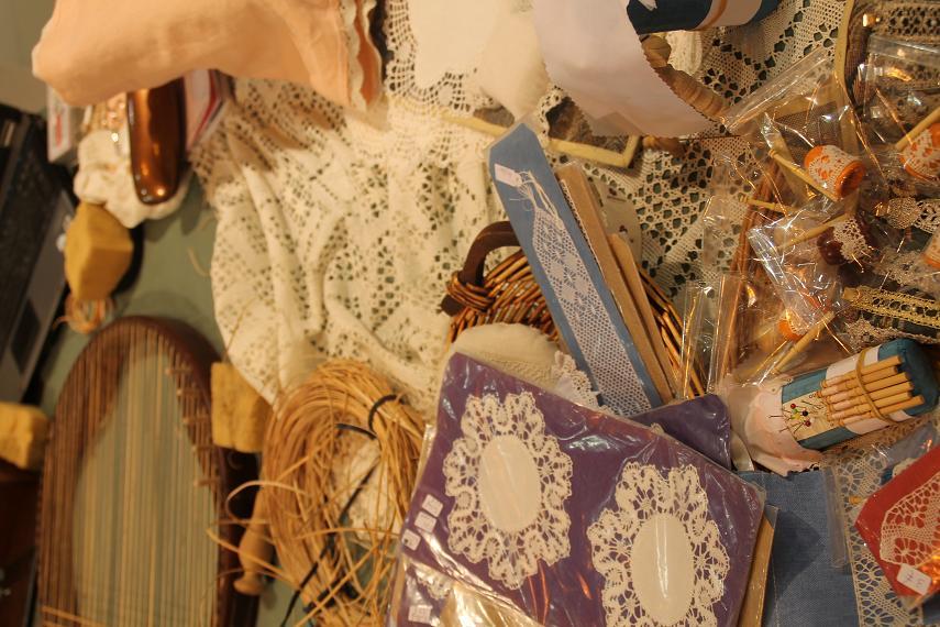 Arte vegetal y encajes de bolillos, en el espacio artesano del stand de CLM en Fitur.