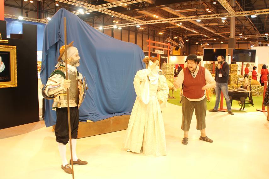 Don Quijote, Dulcinea y Sancho Panza conversan animadamente en el stand de Castilla La Mancha.