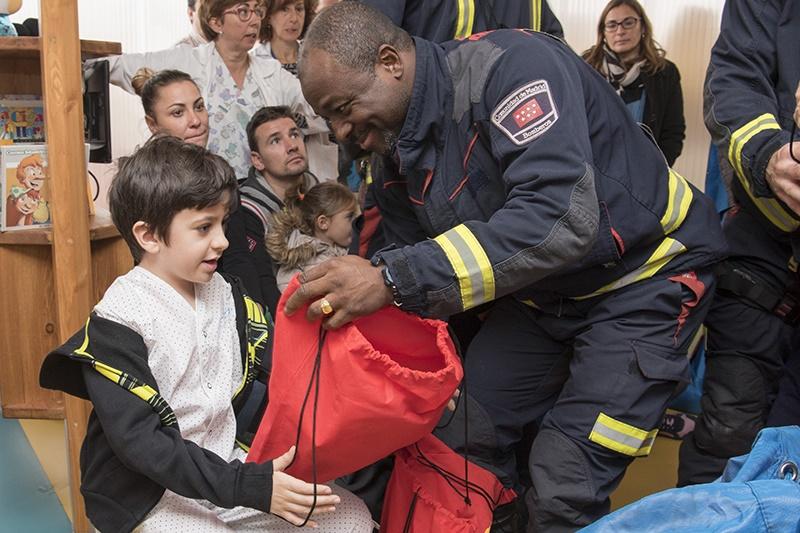 Los bomberos visitan a los niños ingresados en el Hospital Universitario de Getafe