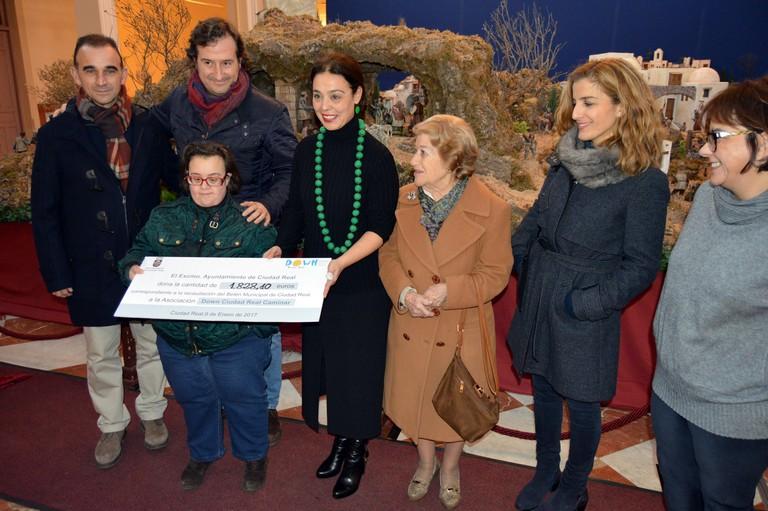 """Entregados los 1.828 euros recaudados en el Belén Municipal del Antiguo Casino a """"Down Caminar"""""""