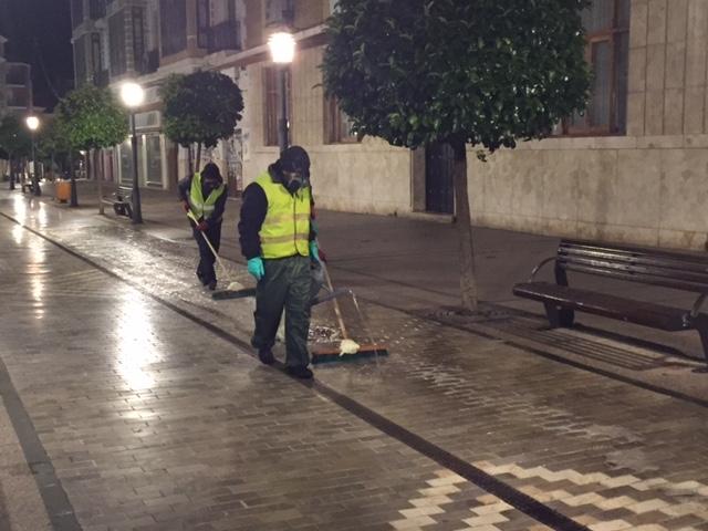 Se esta llevando a cabo en la calle Emilio Castelar de Alcázar un tratamiento antideslizante en la zona del adoquín de mármol