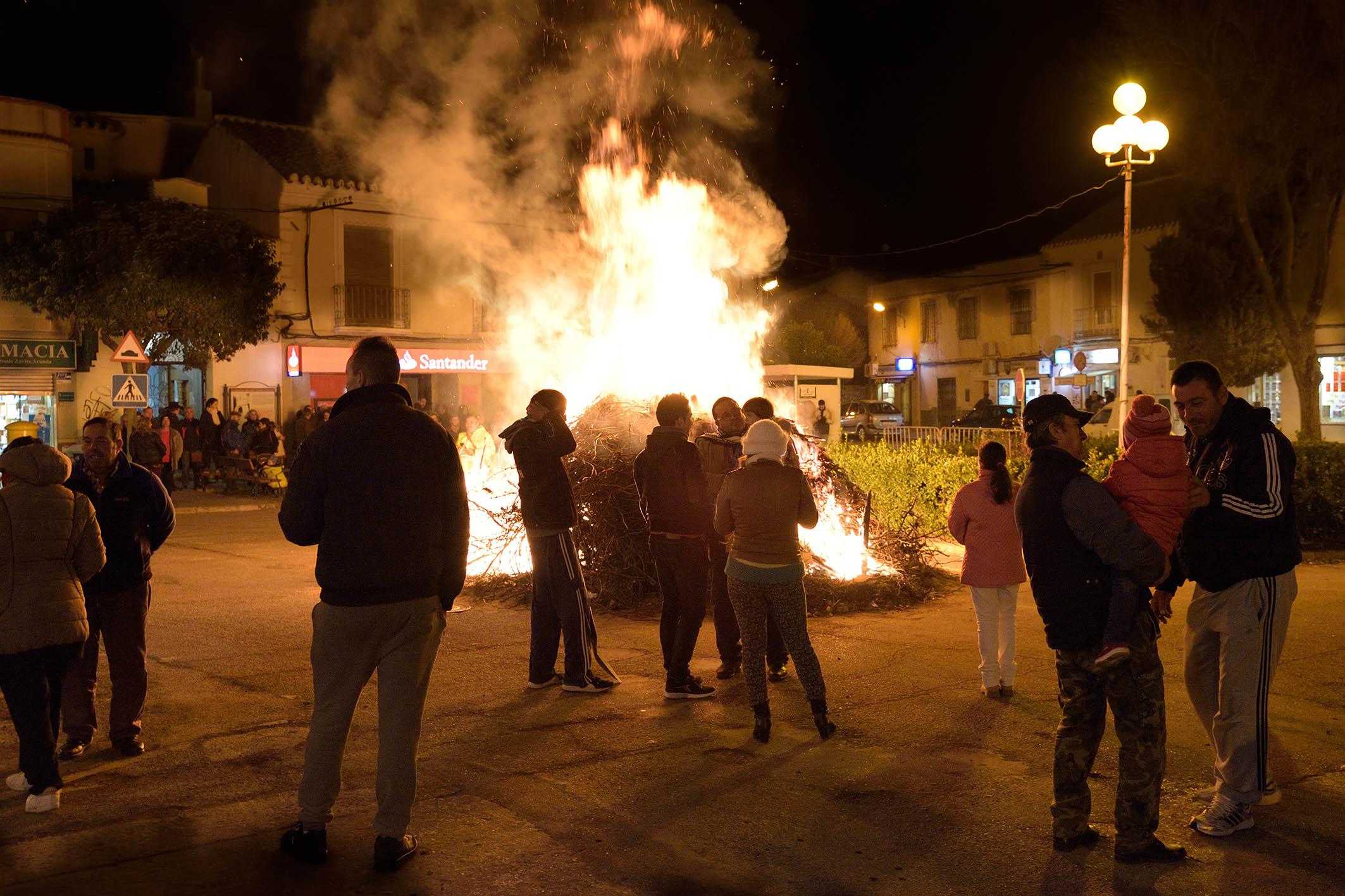 Numerosos vecinos participaron en las Hogueras de San Antón de Argamasilla de Alba