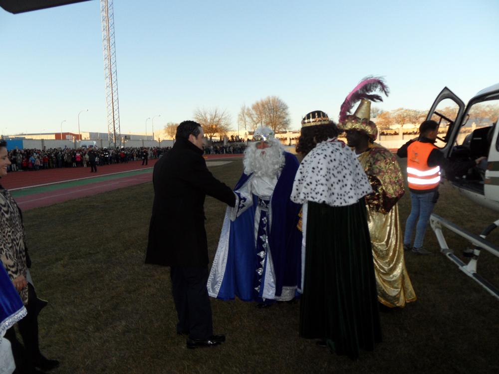 Los Reyes Magos sobrevolaron en helicóptero Campo de Criptana y vivieron una Cabalgata muy participativa