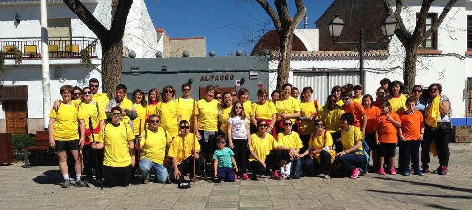 Hombres y mujeres de todas las edades participan en una marcha benéfica por la mujer en Torralba
