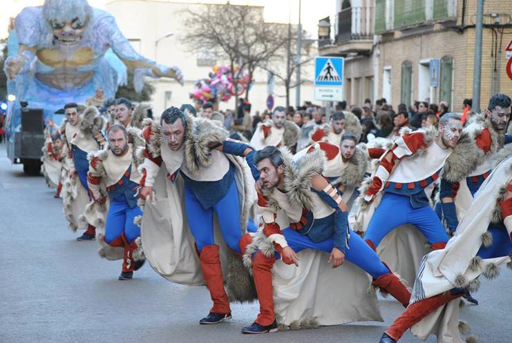 Las peñas locales de Tomelloso brillan con todo su esplendor en el desfile de este lunes de Carnaval