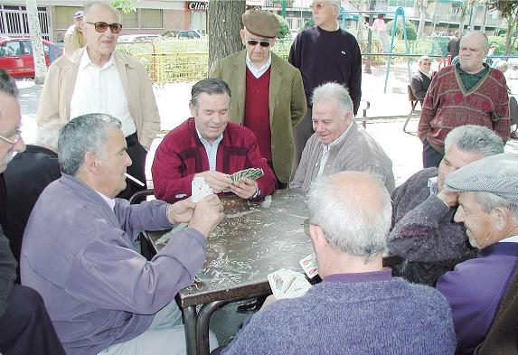 abuelos jugando a las cartas