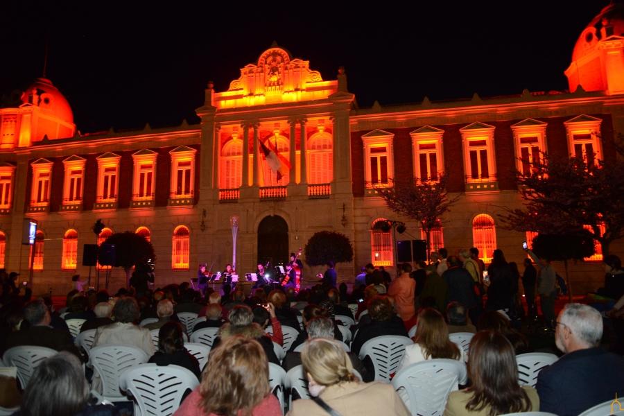 Caballero y Zamora inauguran el alumbrado que da luz y color al Palacio de la Diputación
