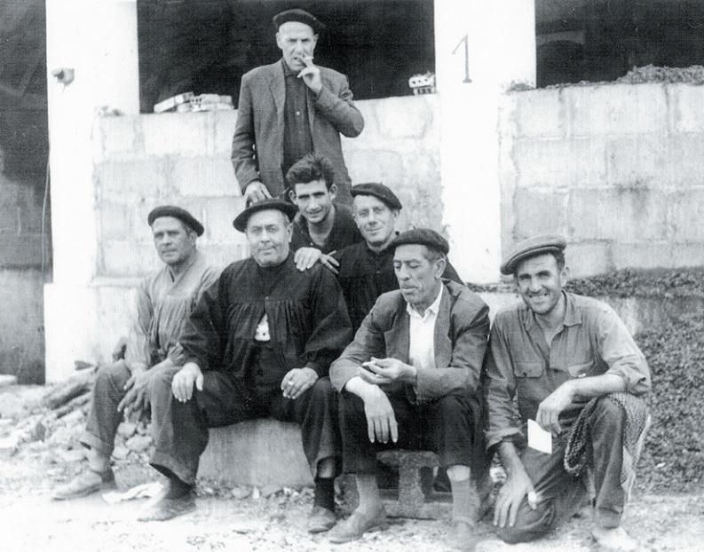 Izqda., 2º presidente, Victoriano Ruiz (centro), junto a descargaderos antiguos