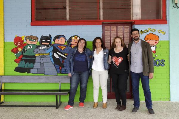 Madres y padres del colegio Severo Ochoa de Getafe pintan varios murales para decorar el patio