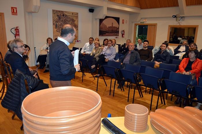 La alcaldesa de Ciudad Real explica la evolución de las obras a los vecinos de la Plaza de Cervantes