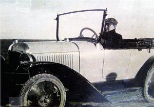 """Su padre, Augusto, """"pilotando"""" un modelo Hispano-Suiza en los años 20"""